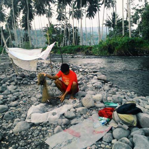 Menjaring Ikan Di Muara Sumpur