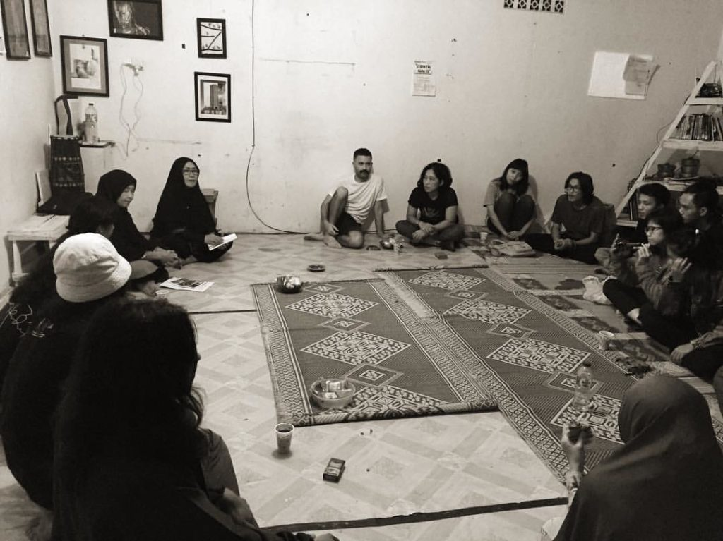 Ibu Yuni dan Ibu Yani pegiat seni ilau, berbagi pengalaman dalam mengembangkan kesenian tradisi di Solok (foto: Hafiz Rancajale)